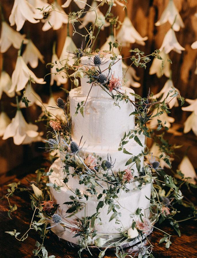 Torta para matrimonio decorada con frutos silvestres