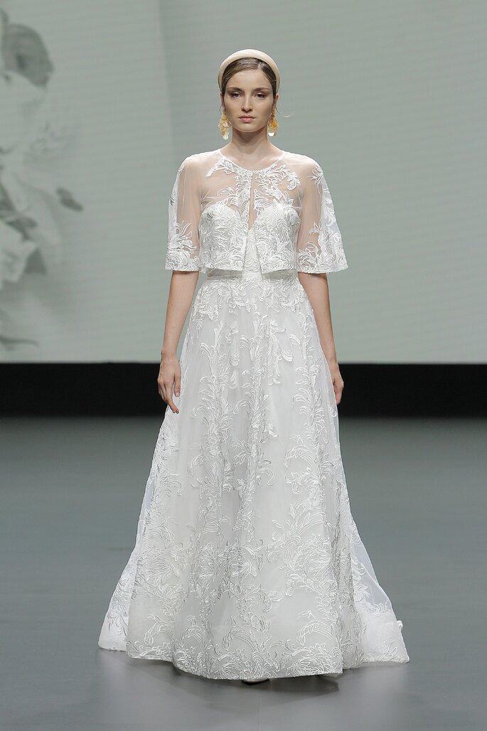 Vestido de novia corte en A con escote de corazón sin mangas con tela bordada y capa corta