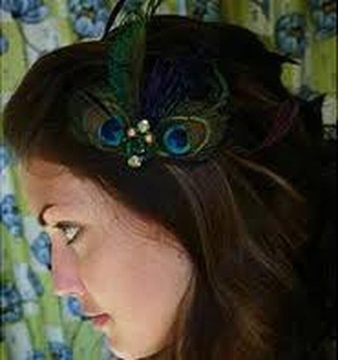 Para una boda civil, tocado en pluma de pavo real