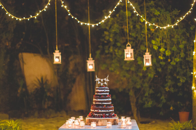 decoração de casamento rústico: natureza e cortina de luzes