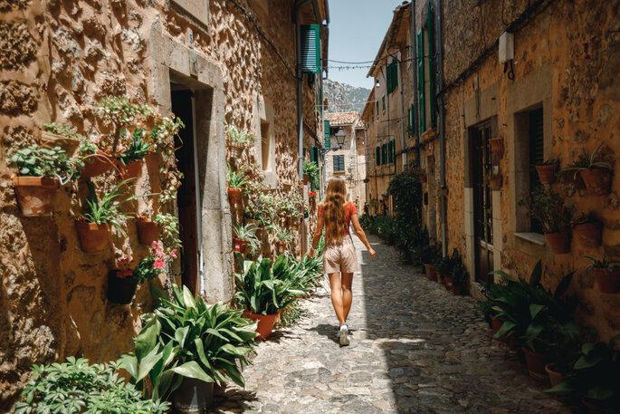 Frau läuft durch eine Altstadt