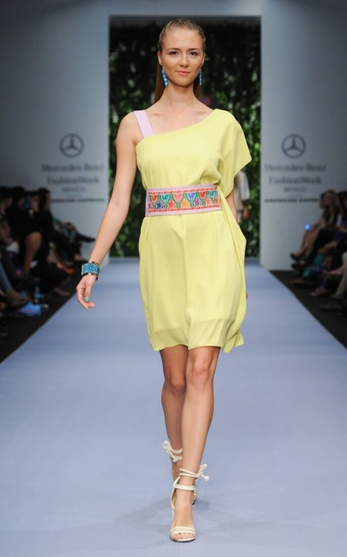 Vestido de fiesta corto en color amarillo con cinto de bordados - Foto Mercedes Benz Fashion Week México