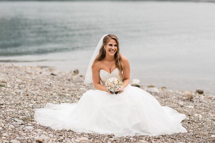 Hochzeitsfoto. Braut am See für Hochzeitsfotos