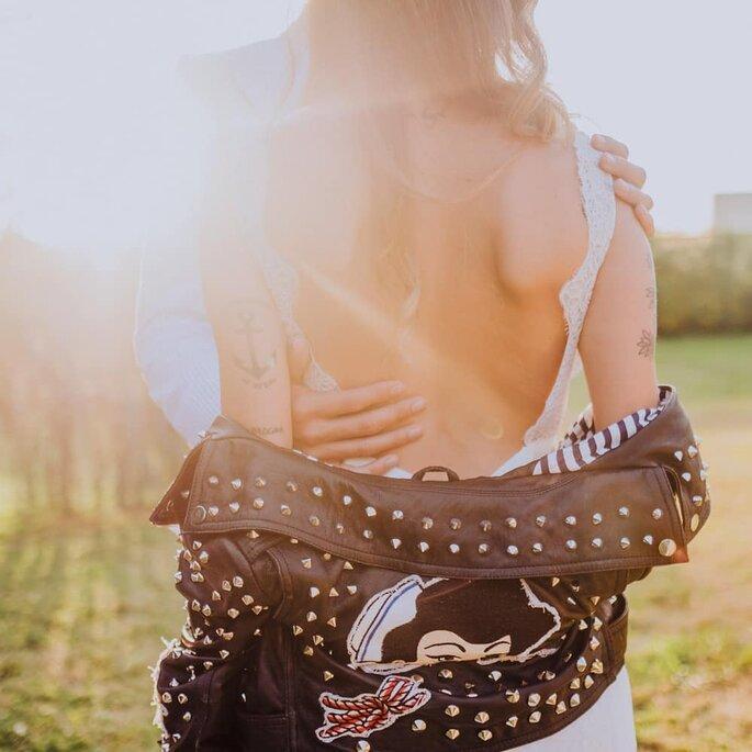 abraço noivos costas descobertas sensual luz amor n