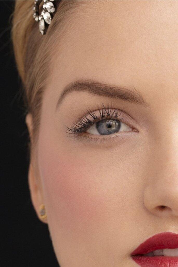 Halten Sie das Make up dezent und setzen Sie mit einem kräftigen Lippenstift farbige Akzente – Foto: bhldn