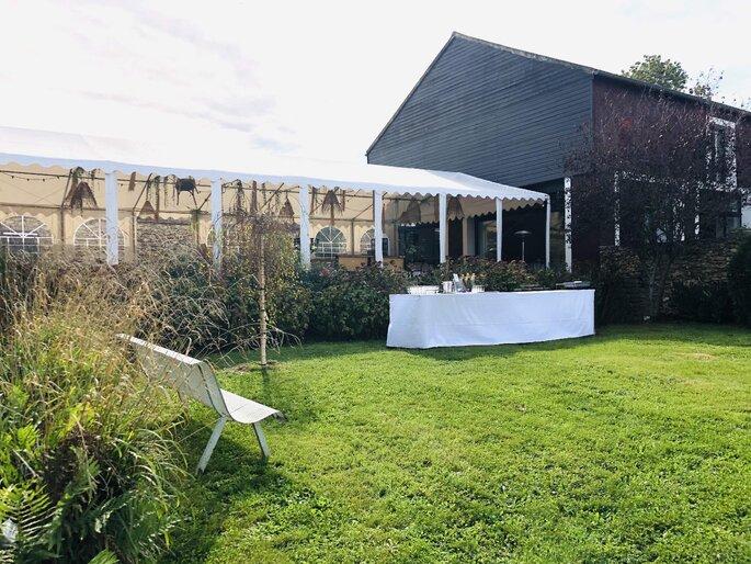 Une tente de réception pour un mariage en plein air couvert dans une bergerie
