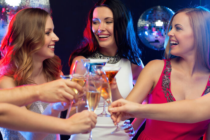 Planes de despedida de soltera: salir a una disco y bailar