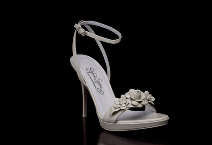 Sandalia para novia by Francesco modelo Fiordaliso con tacón de 10 cm, detalle de flor al frente y ajuste de pulsera al tobillo