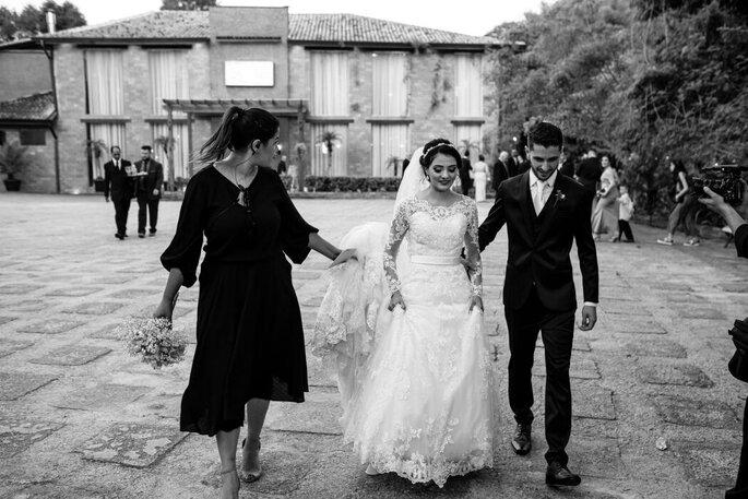 A cerimonialista Tamy Ribeiro acompanha o casal após a cerimônia