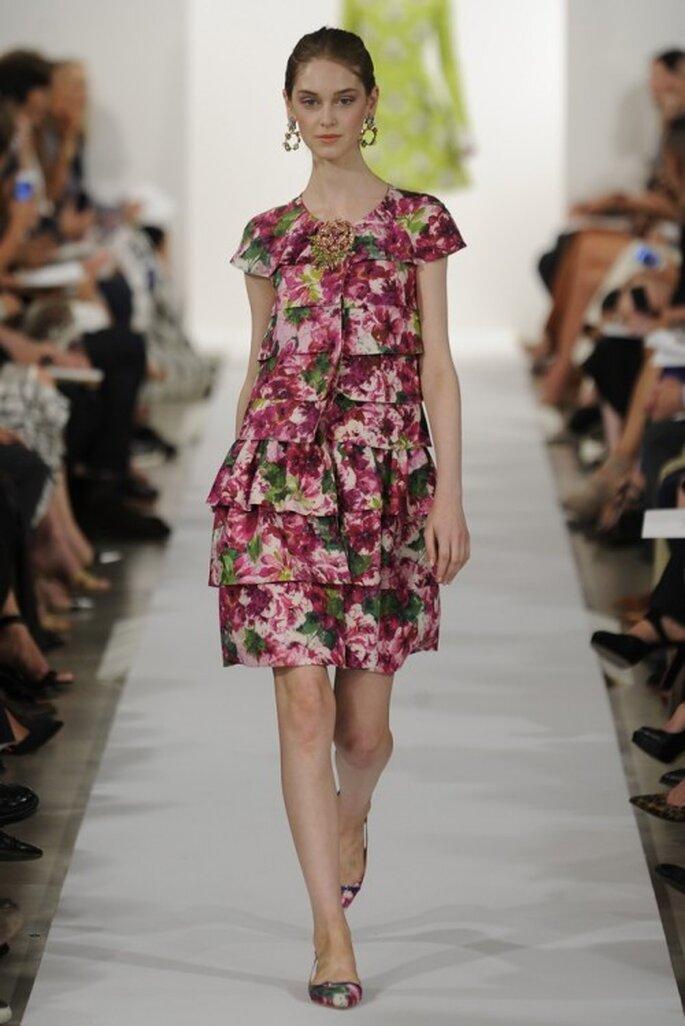 Vestido de fiesta corto con estampado de flores multicolor y mangas cortas - Foto Oscar de la Renta