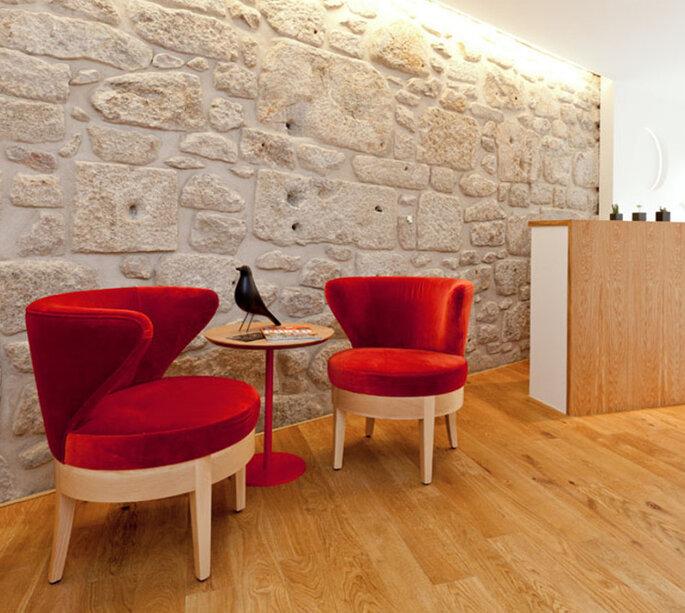 Lobby doo hotel com paredeem pedras, poltronas vermelhas no InPatio Guest House, Porto