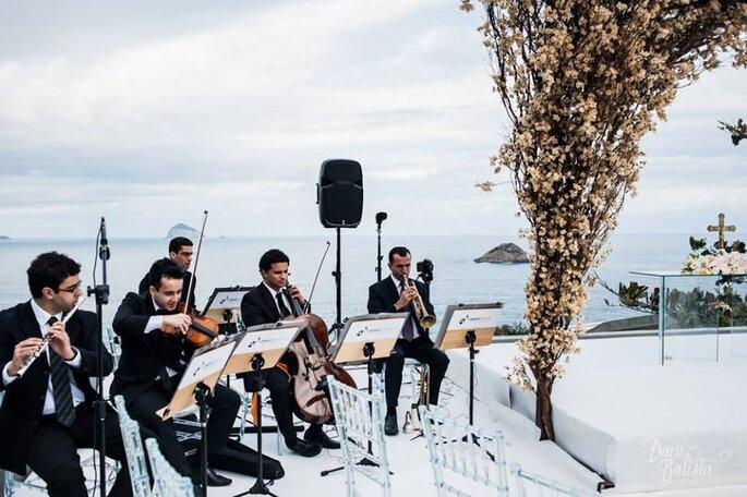 Músicos tocando na cerimônia de casamento