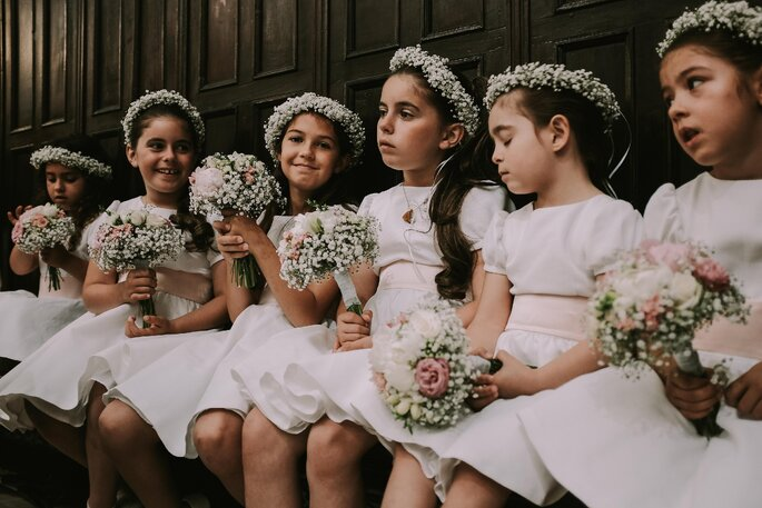 meninas das alianças de uma casamento