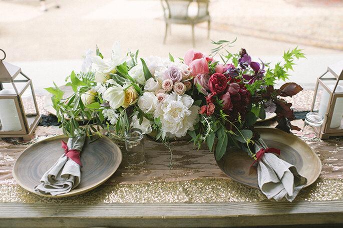 Centros de mesa com flores com cores neutras e intensas - Foto Brooke Schwab