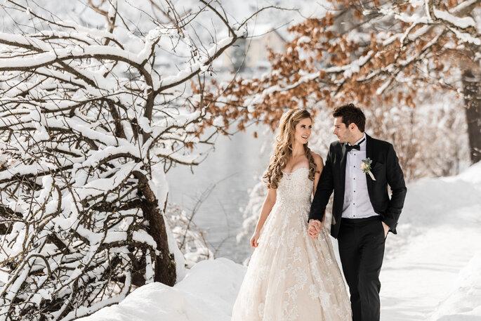 Hochzeitsfoto. Brautpaar schlendert im Schnee