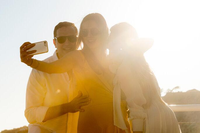 amigos a tirarem uma selfie