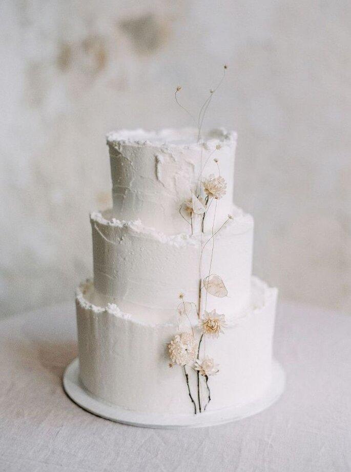 Hochzeitstorte minimalistisch weiss