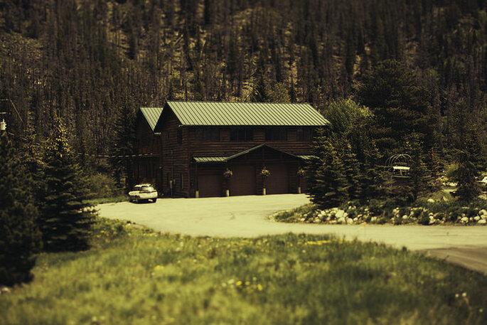 Boda campestre con decoración rústica silvestre. Foto: Ryan Polei