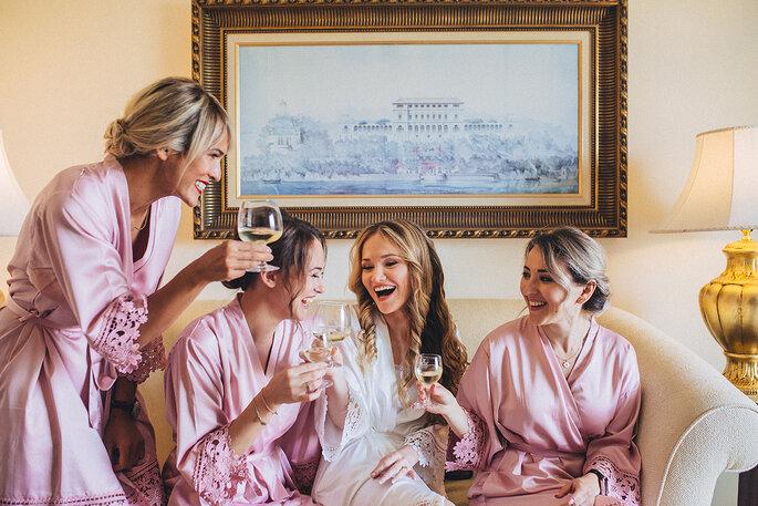 a noiva e as damas de honor a brindarem com robe cor de rosa