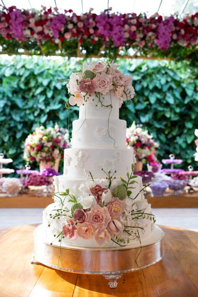 Bolo de casamento com flores