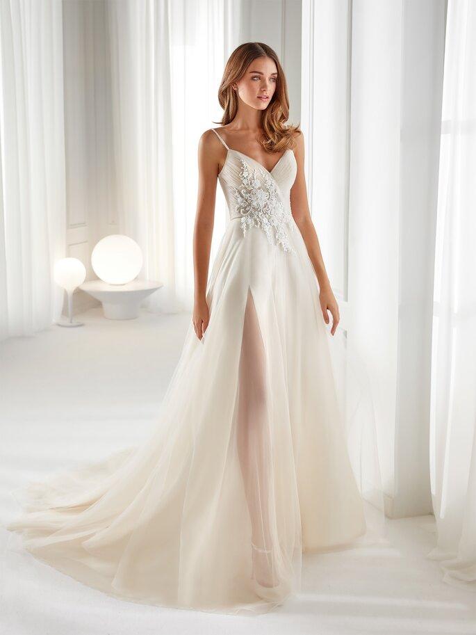 Vestido de novia con corte en A de tirantes con apertura por la pierna y detalle de pedrería