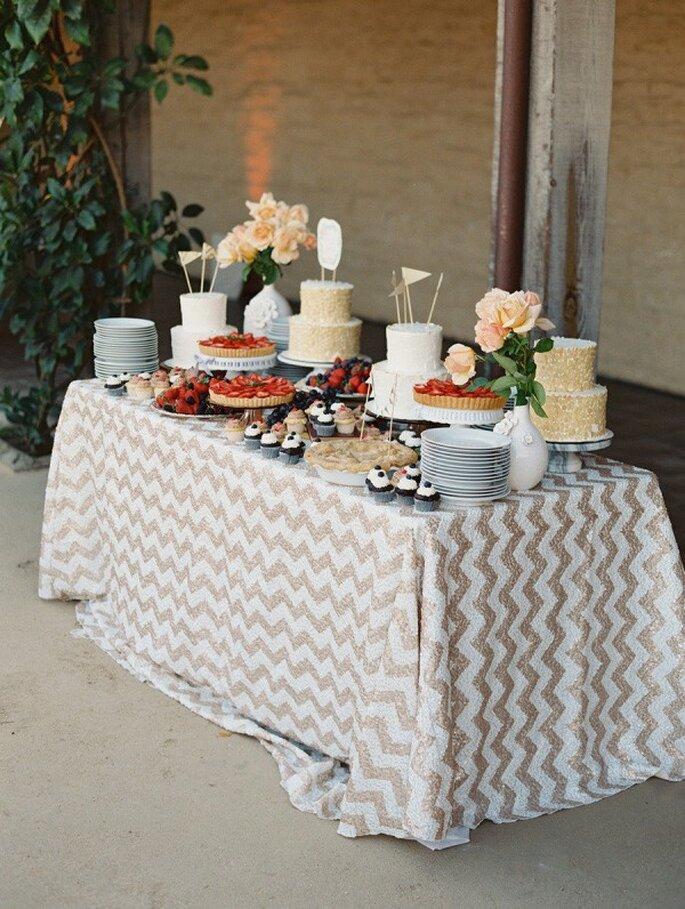 Un montaje perfecto para tu mesa de postres con mantelería chevron - Foto Lane Dittoe Fine Art Wedding Photographs