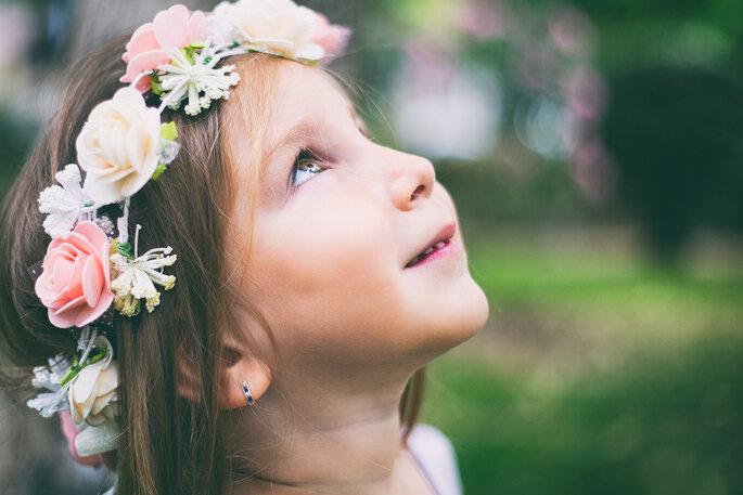 close up de criança com coroa de flores