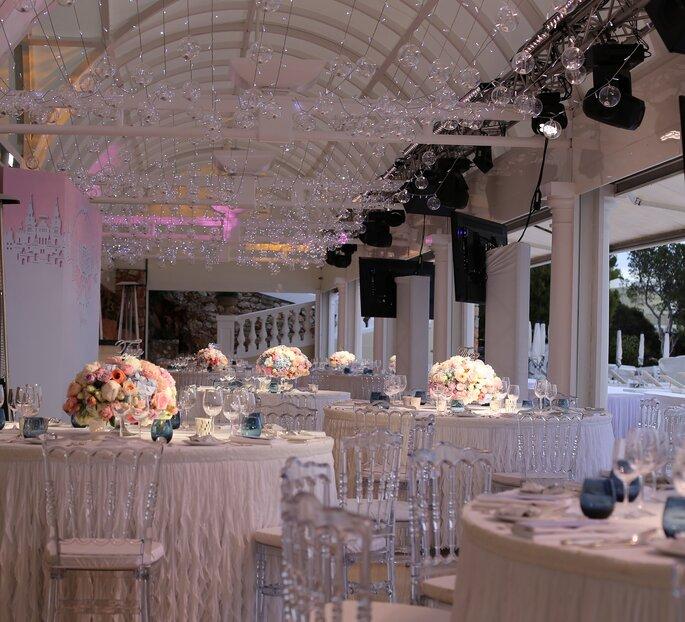 Centres de tables faits de bouquets de fleurs ronds aux tons pastels