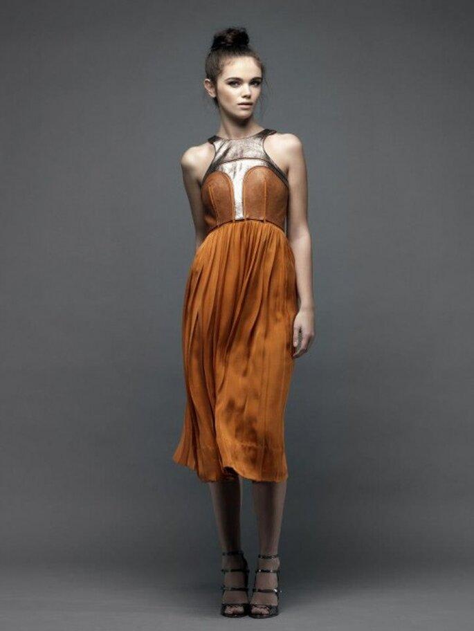 Vestido de fiesta corto en color naranja cobrizo con detalle metalizado en el escote - Foto Catherine Deane
