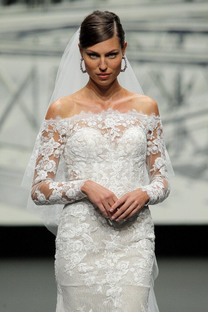 Barcelona Bridal Fashion Week St Patrick vestido de novia de manga larga con efecto tatoo, escote de hombro a hombro con corazón