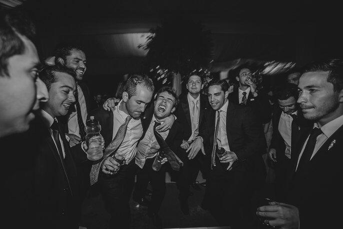 Damos de honor o best men fesatejando con el novio en la celebración de su boda