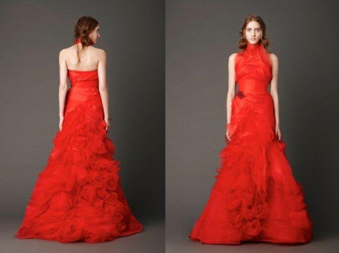 Vestido de novia rojo con detalles florales en la falda - Foto: Vera Wang blog