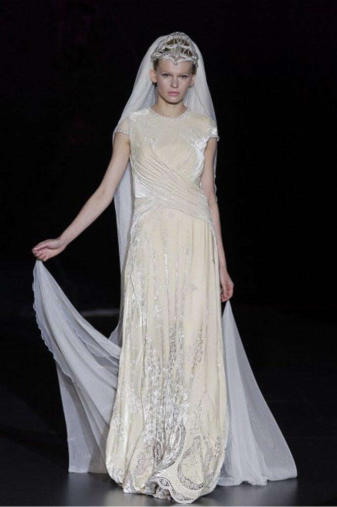 Vestido de novia en terciopelo de la colección Isabel Zapardiez 2012