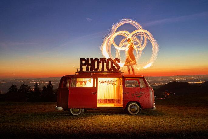 Feuer-Effekt vor dem Photo-Bus.