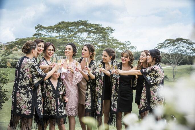 Grupo de amigas brindando con la novia