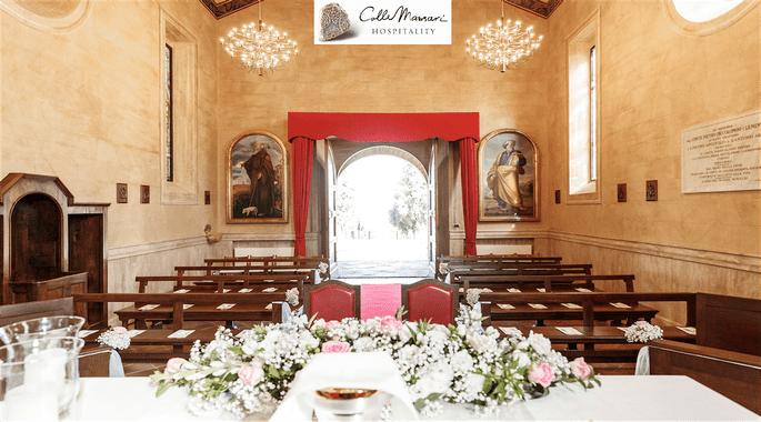 Intérieur d'une petite église italienne prête à célébrer un mariage