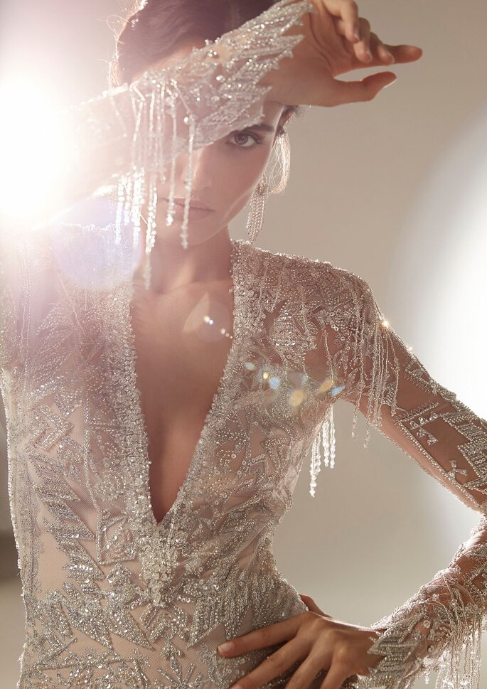 Pronovias Premiere 2021 Vestido de novia recto con escote de pico manga larga y pedrería