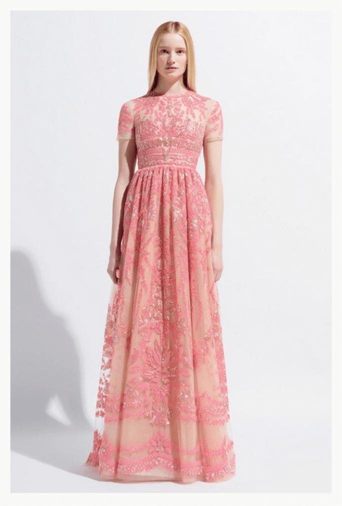 Vestido de fiesta largo en color rosa pastel con detalles superpuestos de encaje - Foto Valentino