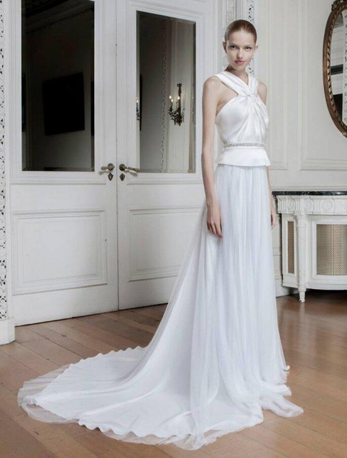 Vestido de novia con tirantes cruzados, silueta peplum y cinturón con pedrería - Foto Sophia Kokosalaki