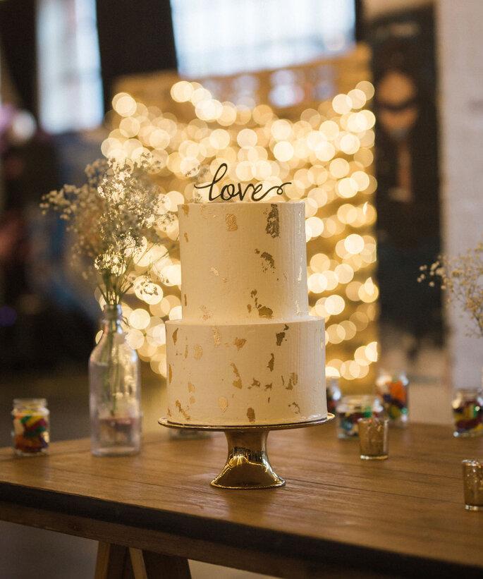 Hochzeitstorte modern in weiß mit Gold