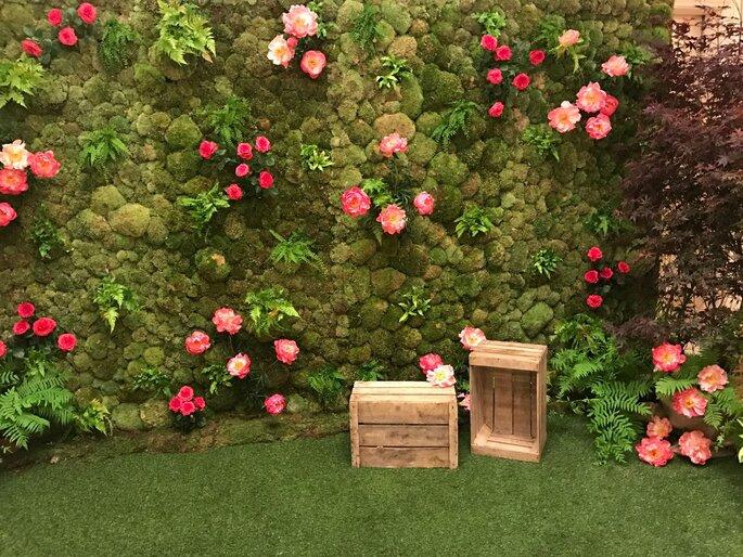 Mur végétal avec des fleurs pour un mariage