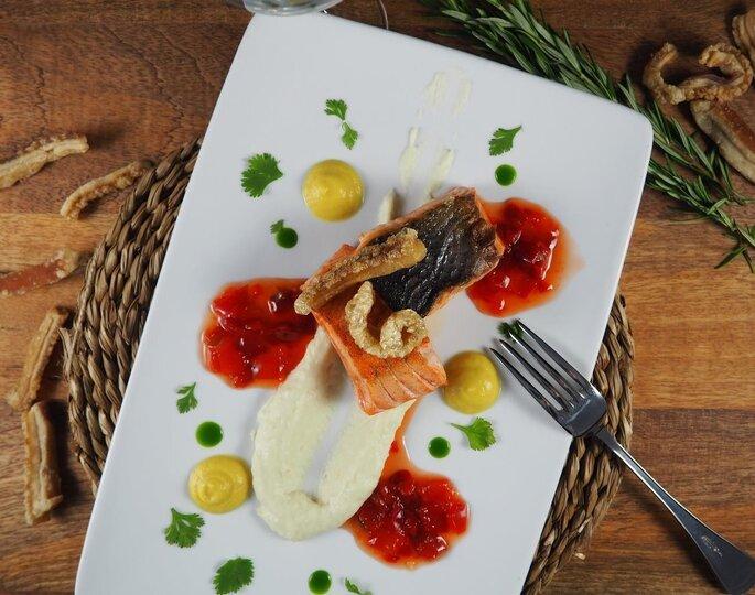Plat d'un banquet de mariage à base de saumon