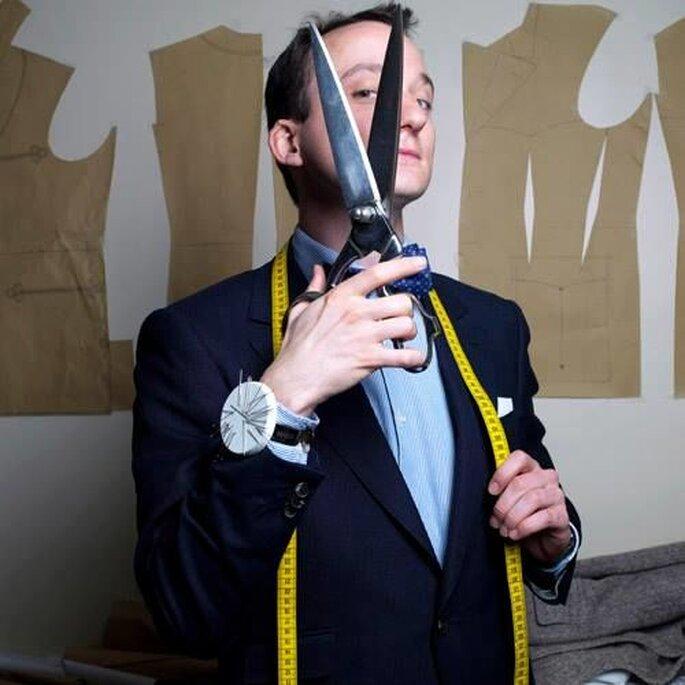 Julin Scavini avec son mètre et ses ciseaux, prêt à prendre les mesures de ses mariés.