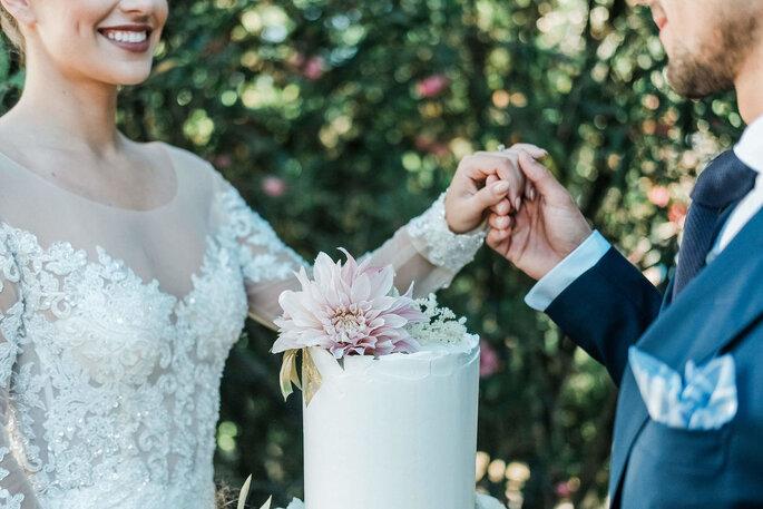 noivos com o seu bolo de casamento