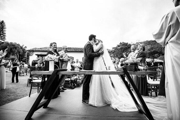 O primeiro beijo do casal após a cerimônia
