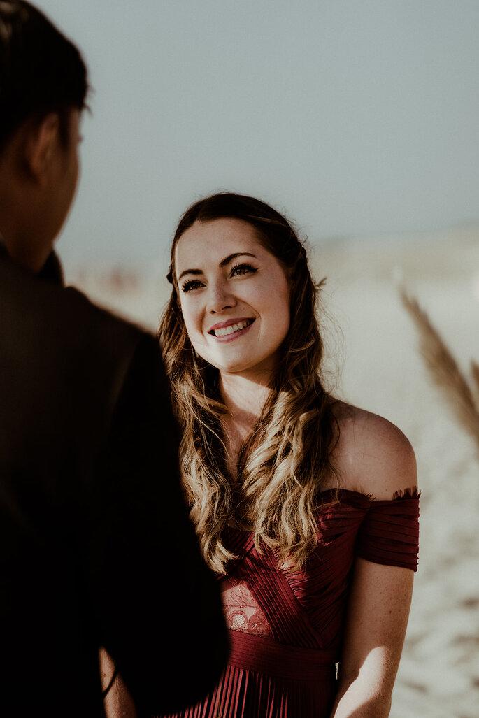 photo portrait mariée robe bordeaux