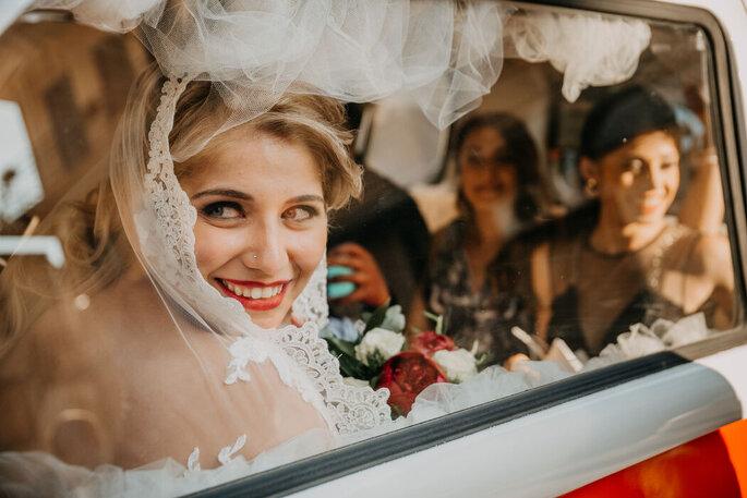 L'arrivo in chiesa della sposa in macchina con le damigelle