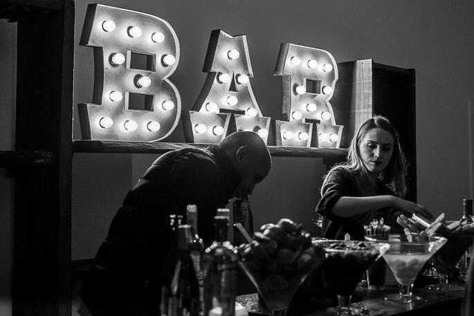 Bar para casamento com letreiro luminoso