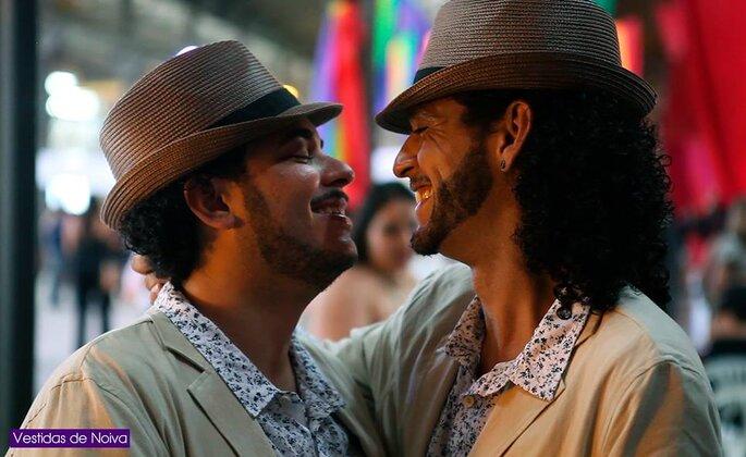 Jonatan Lopes e Lucas Feliciano casaram-se em cerimônia coletiva de casamento homoafetivo, no Rio de Janeiro. Foto: Divulgação 'Vestidas de Noiva'