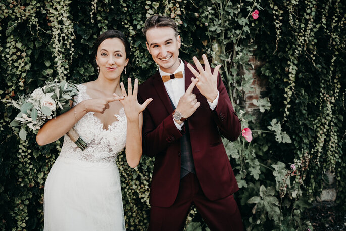 Des jeunes mariés fiers de montrer leurs alliances de mariage.